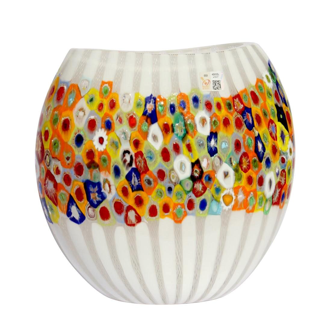 Белая ваза с разноцветными мурринами миллефиори из муранского стекла